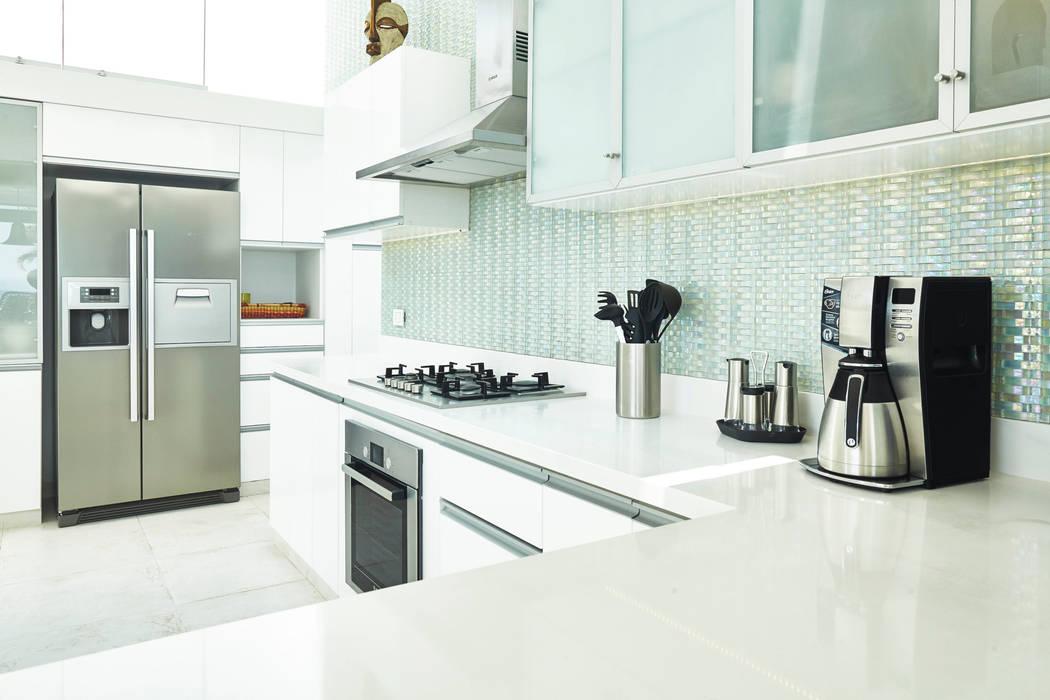 CASA DE PLAYA M.M.: Cocinas de estilo  por Karím Chaman Arquitectos