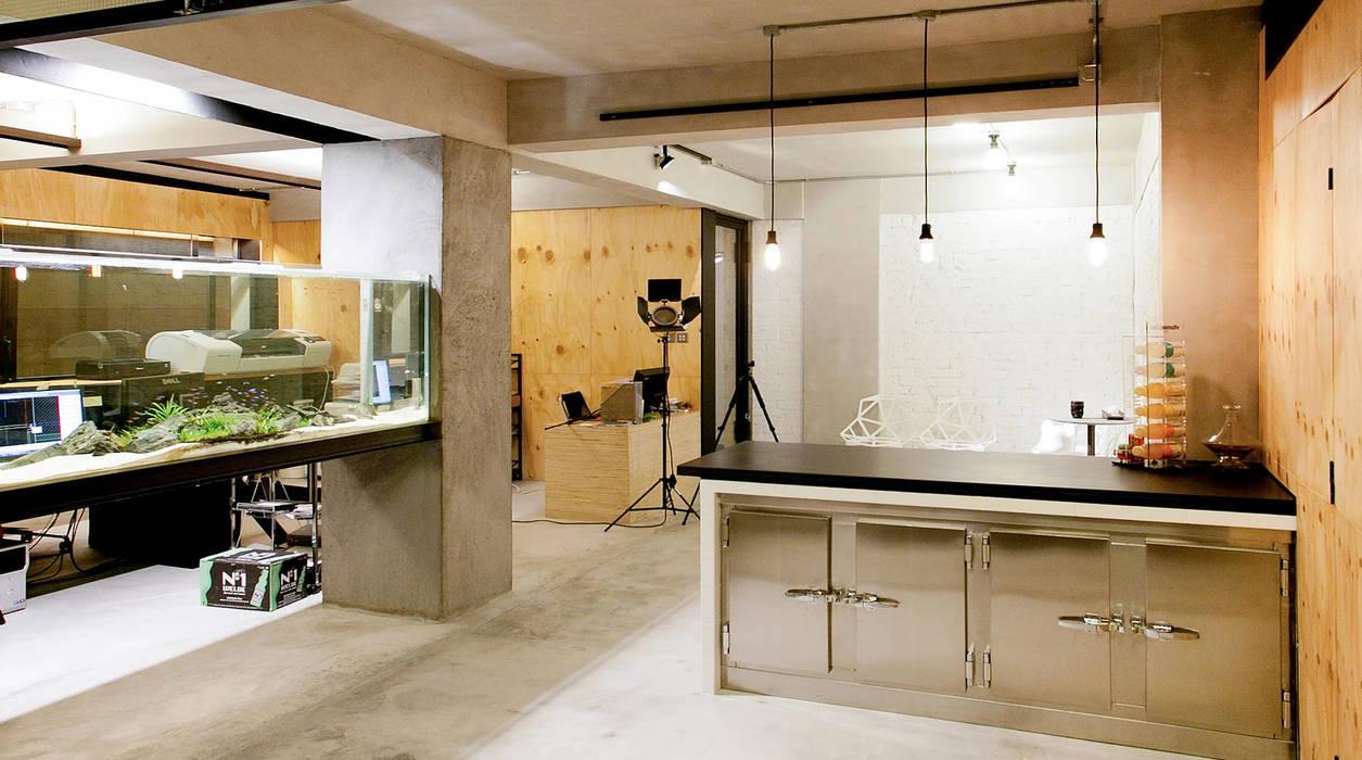 Freeman's Production Studio Industrial style office buildings by Artta Concept Studio Industrial Wood Wood effect