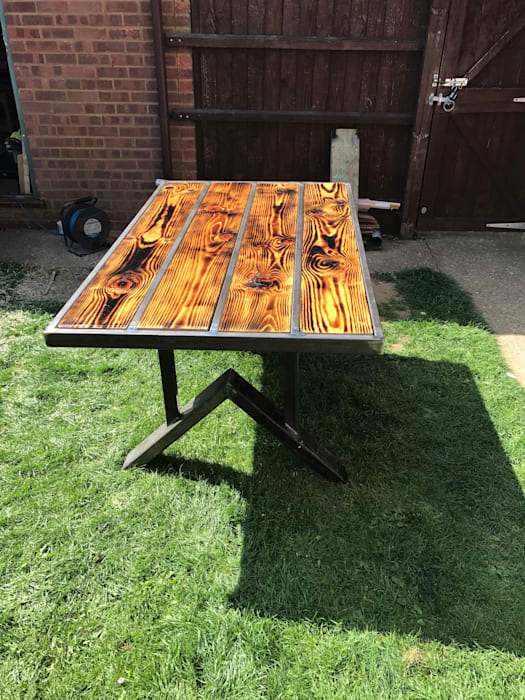 Patio Table with high gloss wood finish, ZENTIA 花園家具 金屬 Multicolored