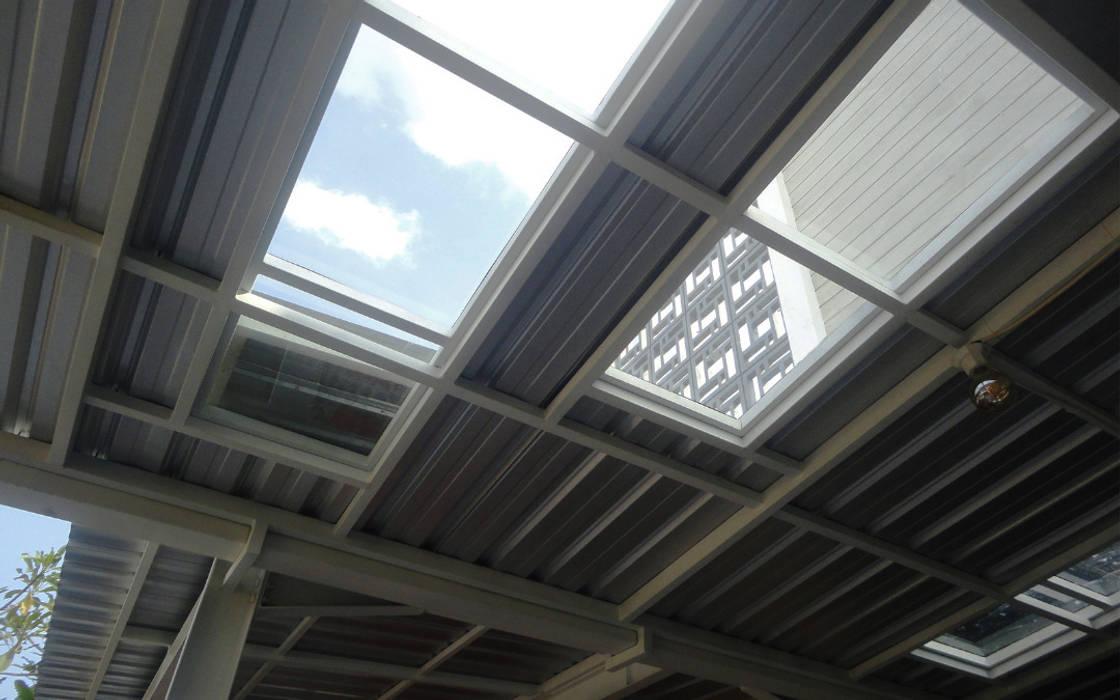 Atap transparan tempered glass: Atap oleh studioindoneosia, Modern Kaca