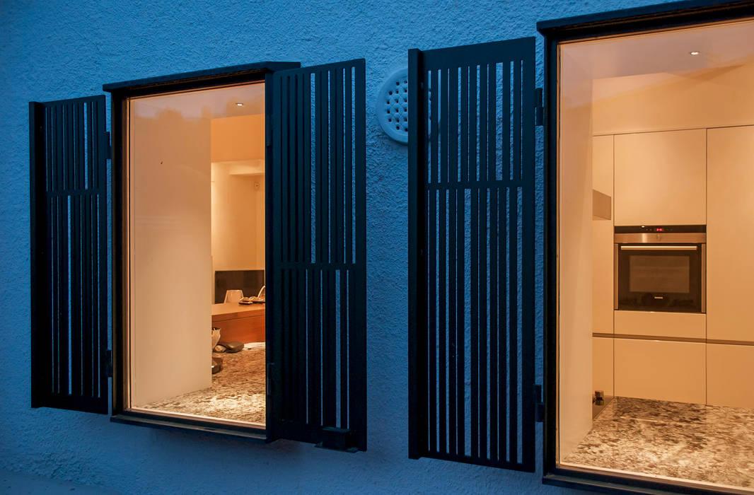 Detail of shutters 根據 Rardo - Architects 現代風