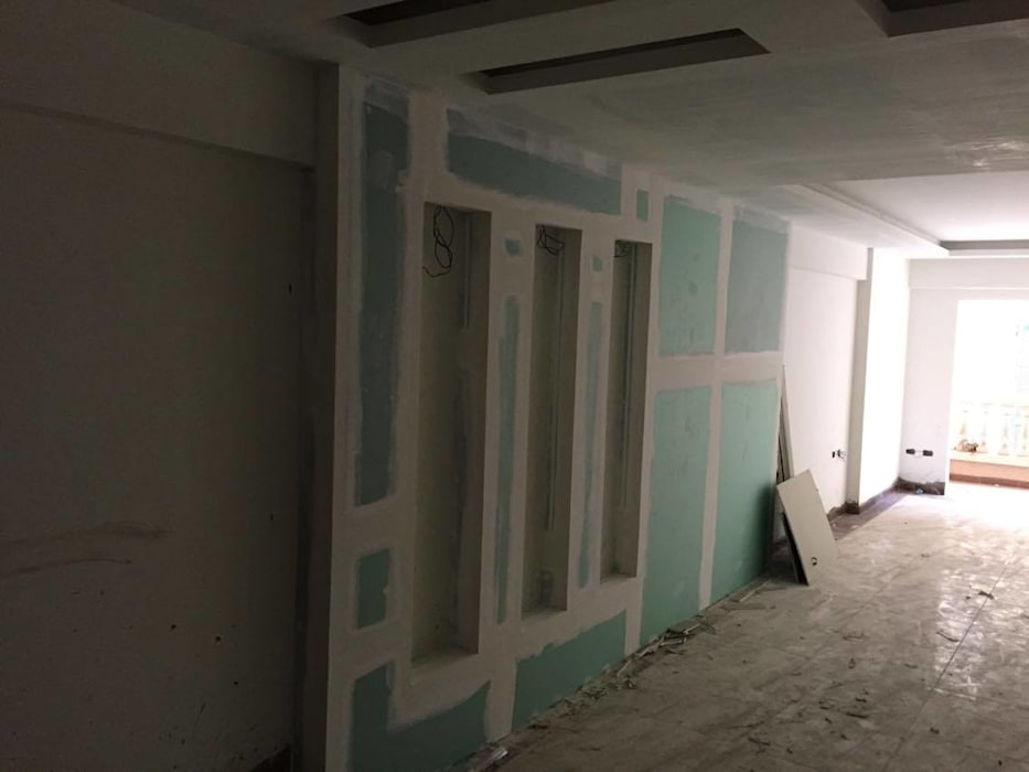 لقطة اثناء تنفيذ فراغ الاستقبال :  غرفة المعيشة تنفيذ Quattro designs