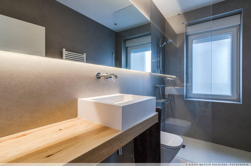 Reforma en el ensanche de pamplona ba os de estilo moderno de taller vertical arquitectura - Interiorismo banos modernos ...