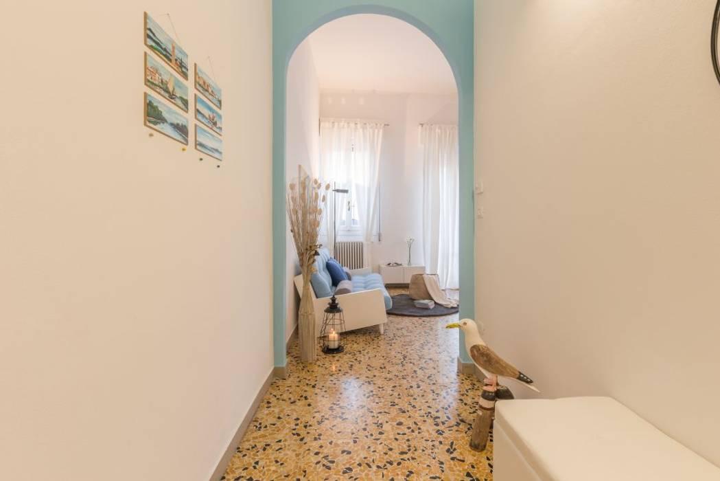 Home Staging per la Microricettività: Ingresso & Corridoio in stile  di Anna Leone Architetto Home Stager
