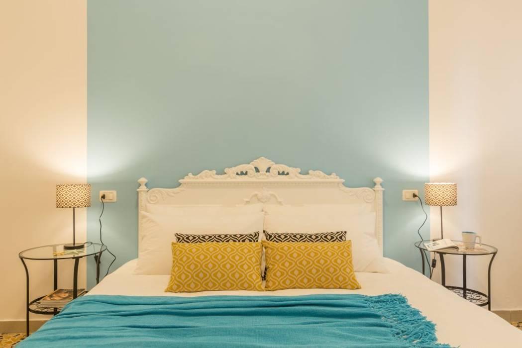 Home Staging per la Microricettività: Camera da letto in stile in stile Mediterraneo di Anna Leone Architetto Home Stager