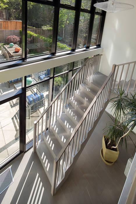 Pasillos, vestíbulos y escaleras de estilo moderno de andretchelistcheffarchitects Moderno