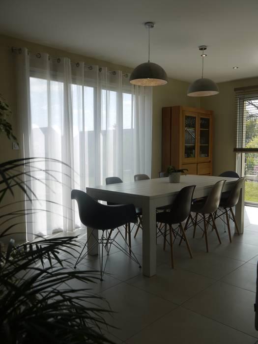 Décoration d'une pièce de vie - maison d'habitation: Salle à manger de style  par Conseil Déco & Création