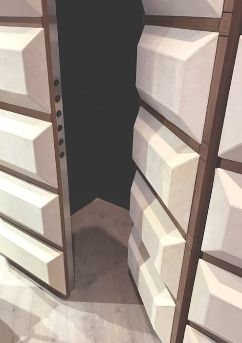 Boiserie per porta blindata: Porte interne in stile  di PENTAFORM S.r.l.