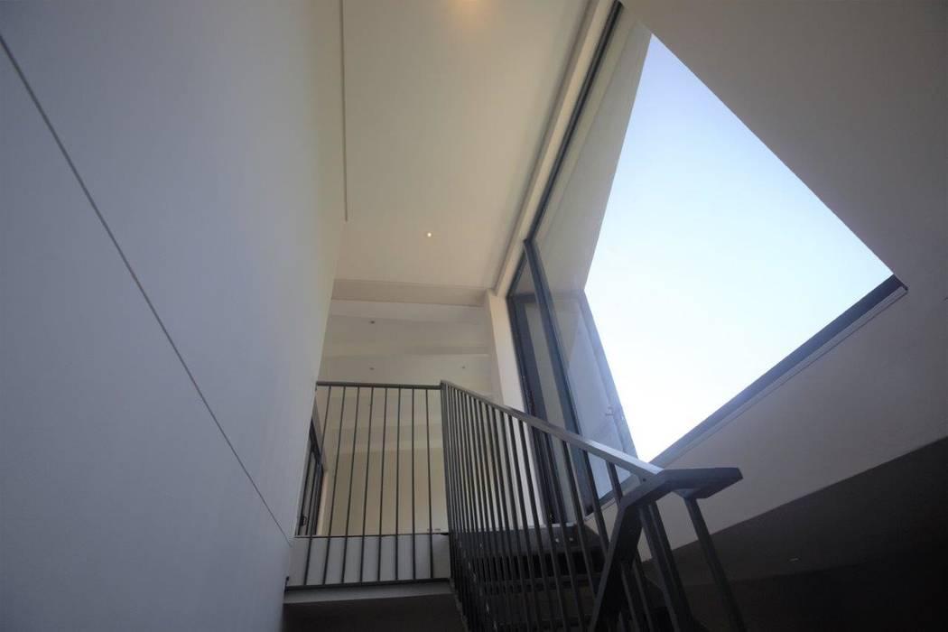 Pasillos y vestíbulos de estilo  por Kunst Architecture & Interiors, Moderno Hierro/Acero