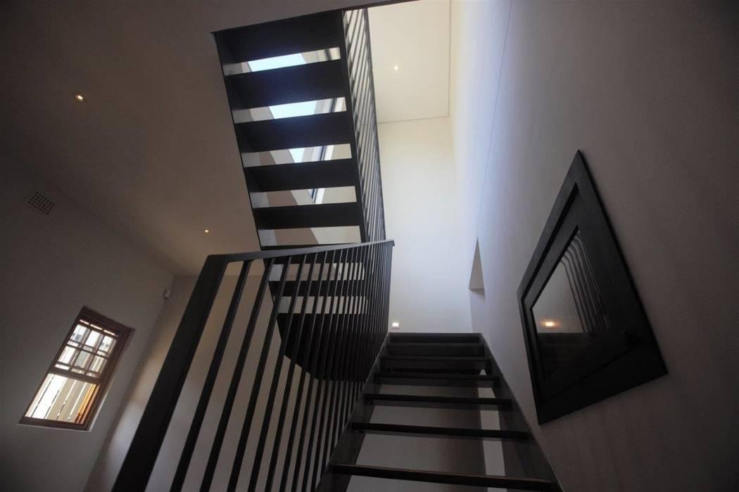 Kunst Architecture & Interiors Pasillos, vestíbulos y escaleras de estilo moderno Hierro/Acero Blanco