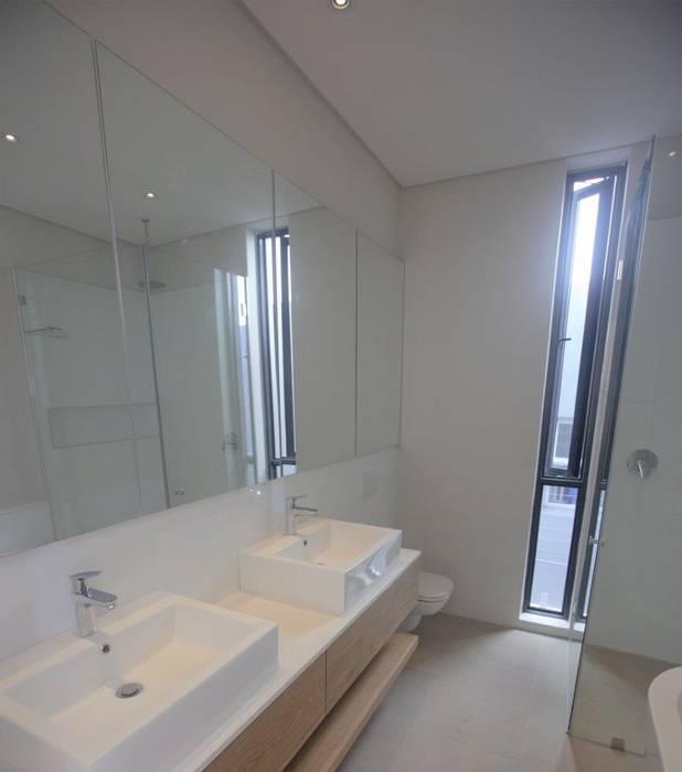 Greenpoint House Kunst Architecture & Interiors Modern bathroom Bricks White