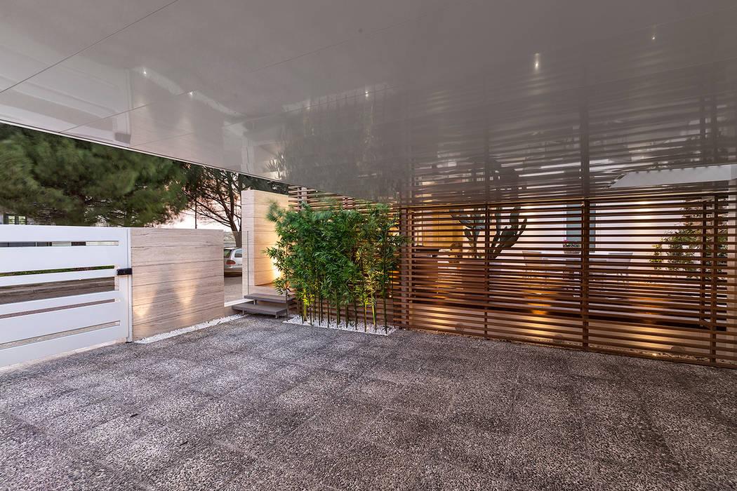 Restayling spazi esterni casa a schiera.: Garage/Rimessa in stile  di Arch. Antonella Laruccia