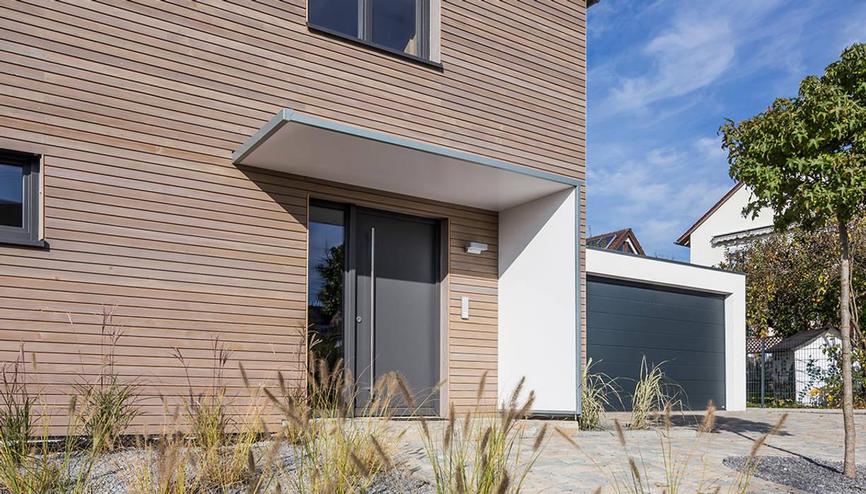 Überdachter Eingangsbereich von KitzlingerHaus GmbH & Co. KG Modern Holzwerkstoff Transparent