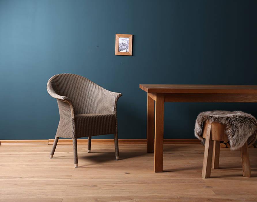 Blue wall. lloyd-loom stuhl victor: esszimmer von blue wall design ...