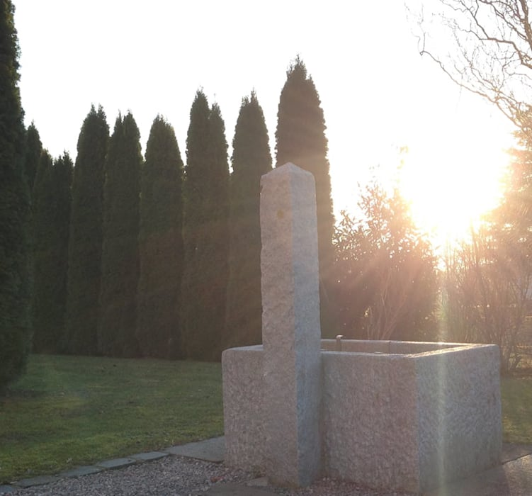 Steinbrunnnen für den Garten: ausgefallener Garten von Steiner Naturstein