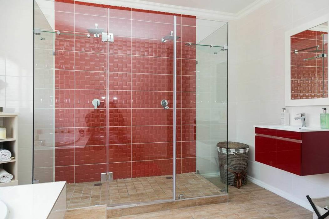 Ванные комнаты в . Автор – Indoni Interiors , Эклектичный Плитка
