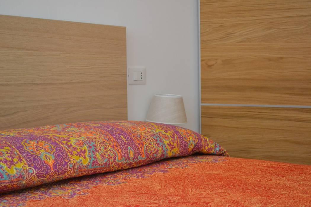 Ristrutturazione casa al mare: camera da letto in stile di andrea ...