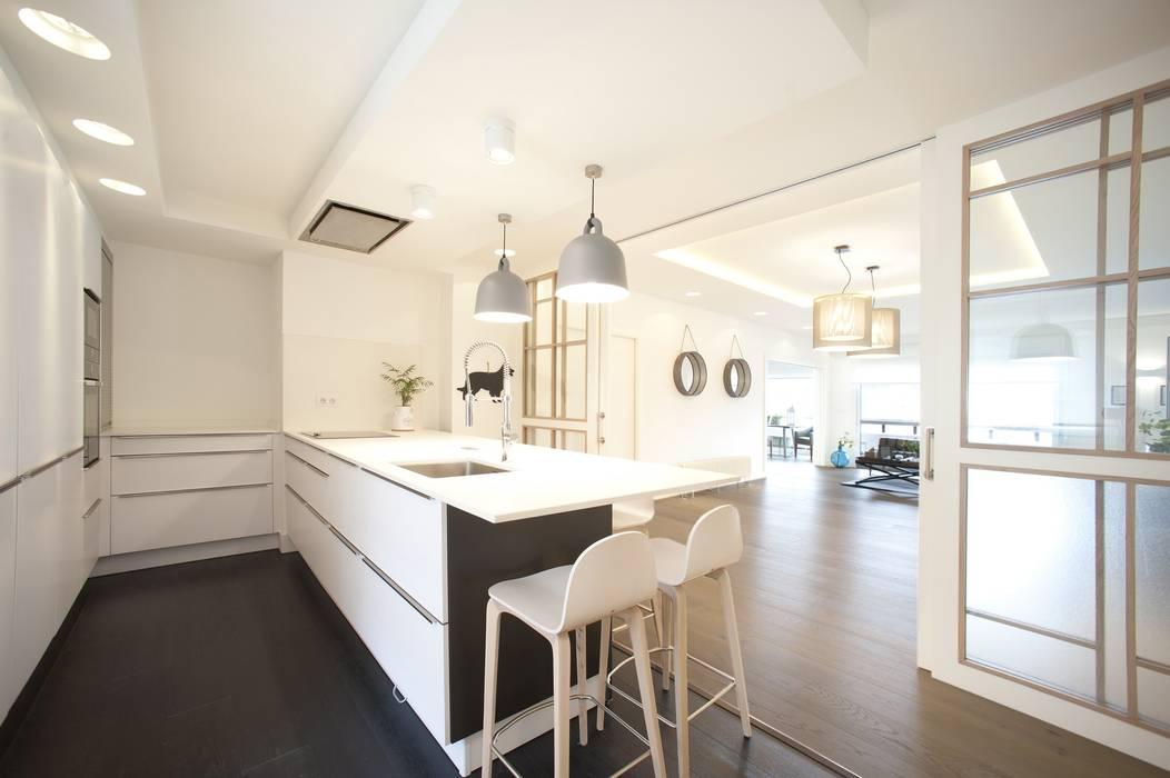 Reforma de vivienda en madera blanco y tonos azules cocinas de estilo cl sico de sube susaeta - Sube interiorismo ...