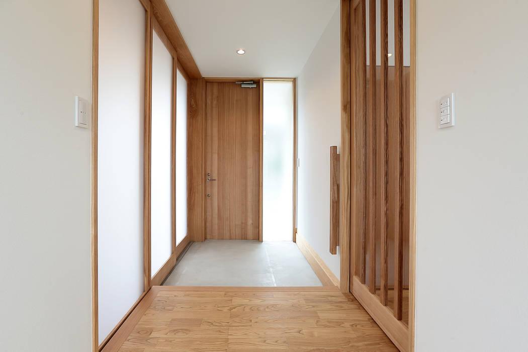 Pasillos, vestíbulos y escaleras de estilo ecléctico de TEKTON | テクトン建築設計事務所 Ecléctico