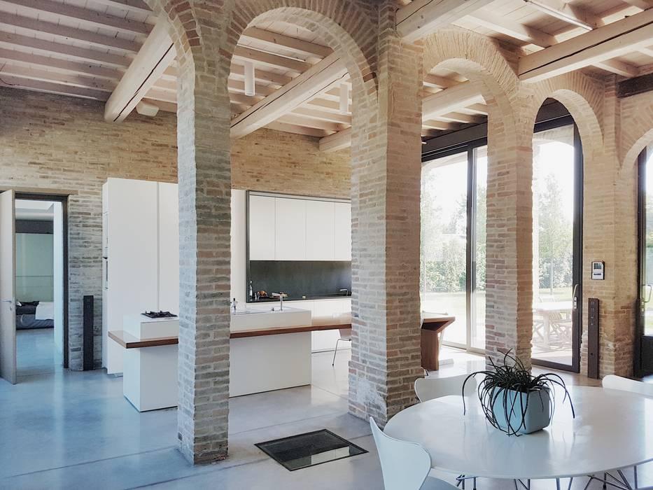 Vista sulla zona cucina: Sala da pranzo in stile in stile Minimalista di smellof.DESIGN