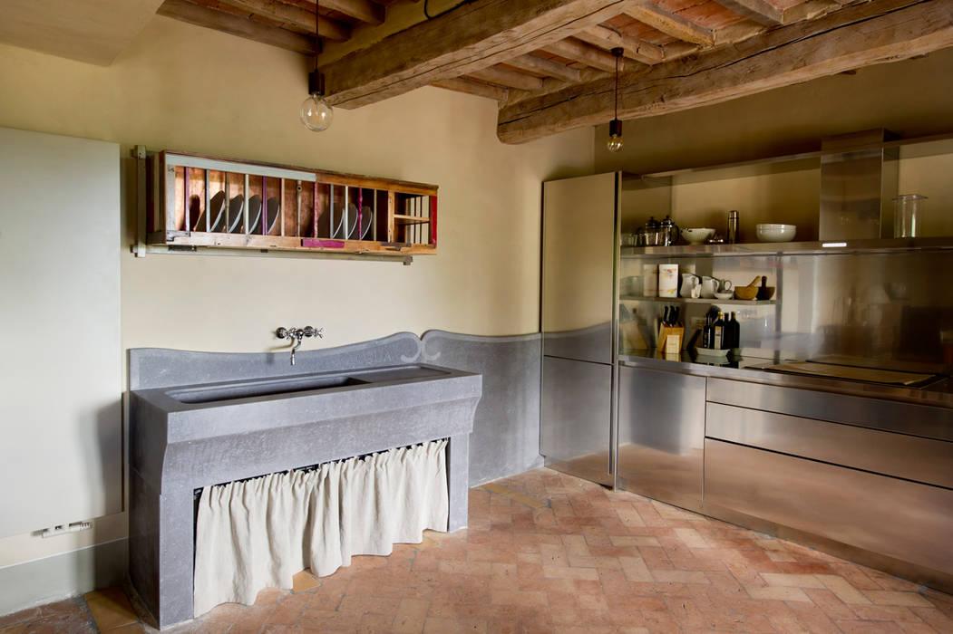Piattaia per casale Val d'Orcia in legno di recupero su disegno dell'arch. Setti: Cucina in stile In stile Country di Laquercia21