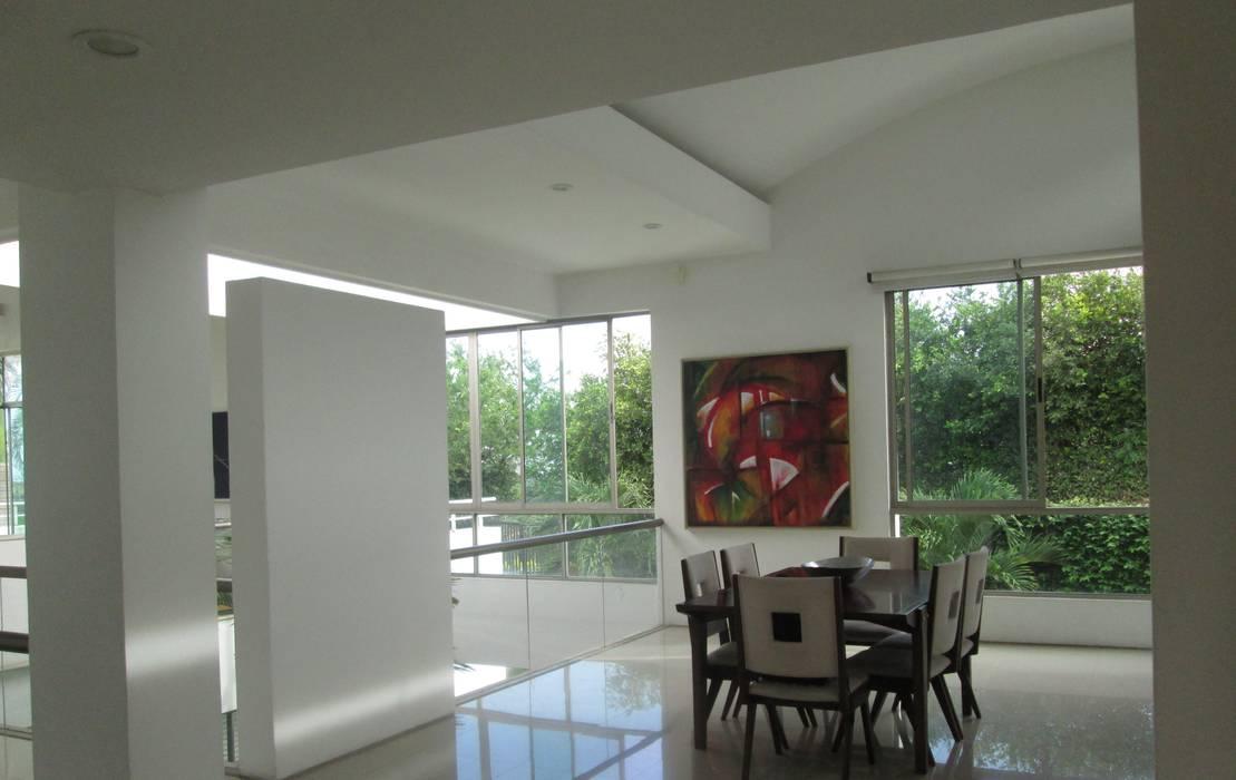 Este es un espacio muy acogedor de la casa, el comedor con una linda vista al valle y muy iluminado.: Comedores de estilo  por CH Proyectos Inmobiliarios