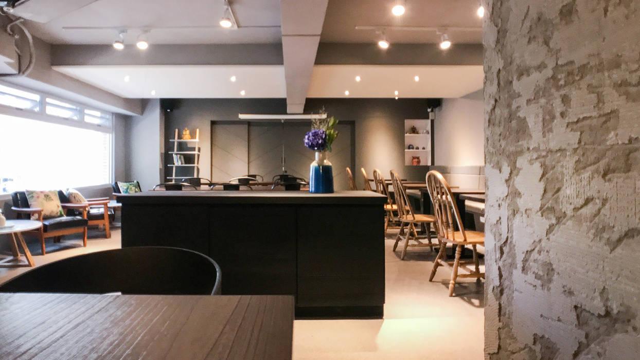 包廂往用餐區一景:  辦公室&店面 by 見和空間設計