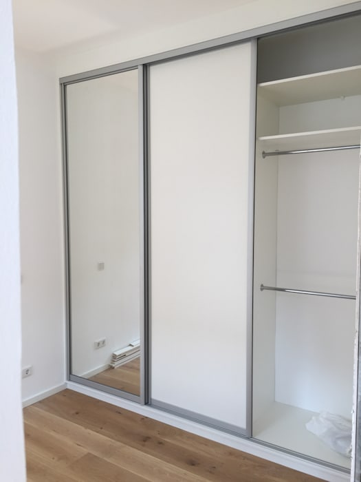 Einbauschank mit schiebetüren: minimalistische schlafzimmer von ...