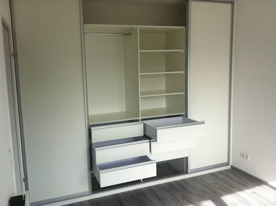 Einbauschank mit Schiebetüren: moderne Schlafzimmer von Schrankprojekt GmbH