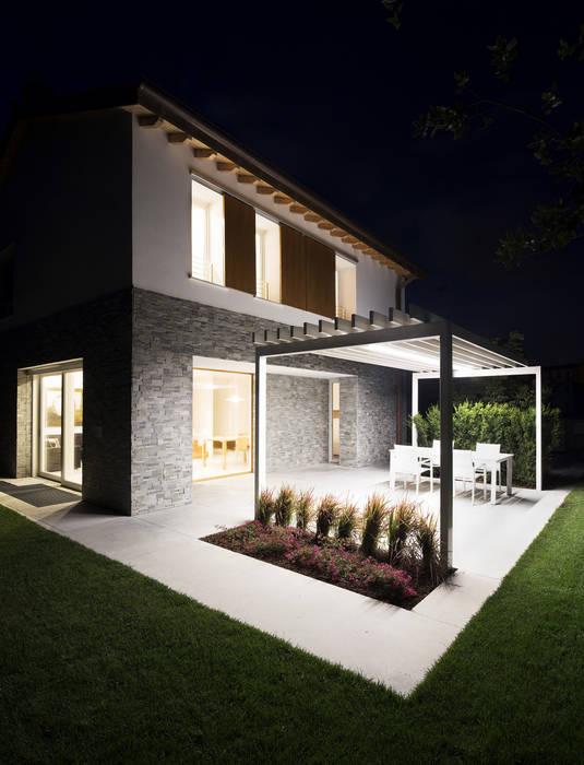 night view: Giardino anteriore in stile  di Didonè Comacchio Architects