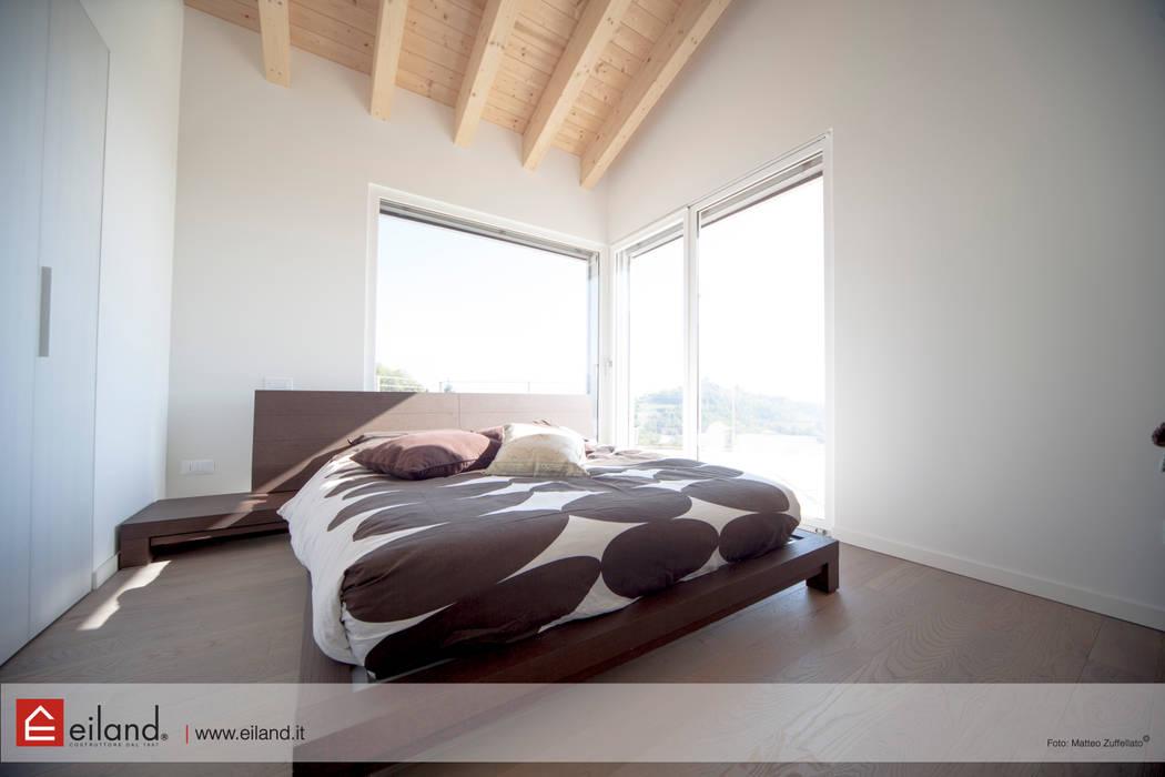 La camera padronale: Camera da letto in stile in stile Moderno di EILAND