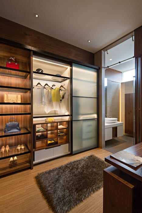 Walk in Closet: Ruang Ganti oleh INERRE Interior,