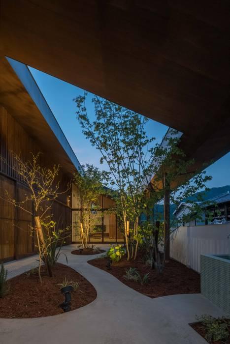 庭 夜景 モダンな庭 の 武藤圭太郎建築設計事務所 モダン