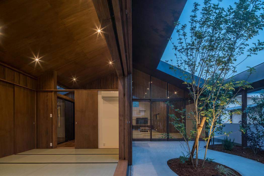 和室 庭 モダンデザインの 多目的室 の 武藤圭太郎建築設計事務所 モダン