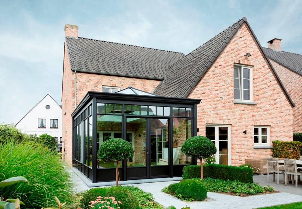 Romantische veranda bij landelijke woning:  Huizen door Verandaland Perfecta