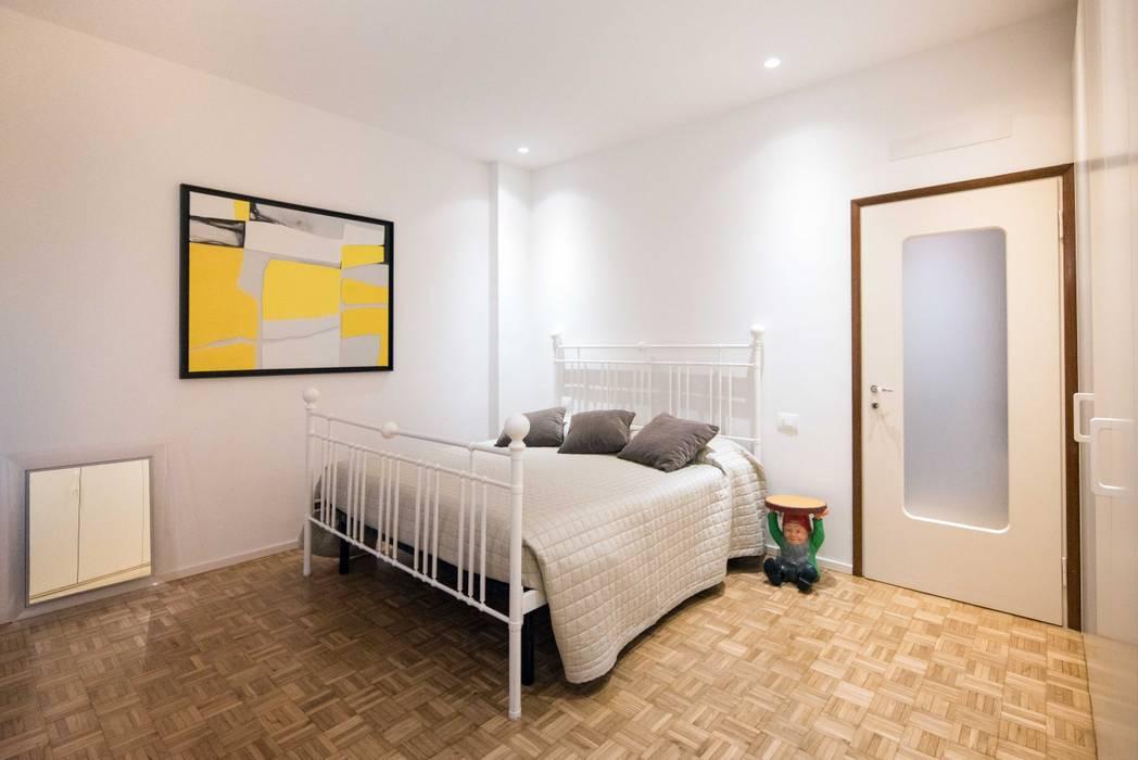 Camera matrimoniale: Camera da letto in stile in stile Moderno di PADIGLIONE B