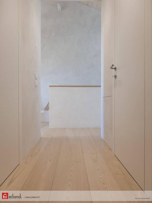 La zona notte: Ingresso & Corridoio in stile  di EILAND