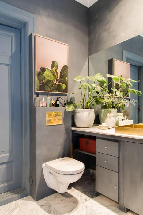 Een chique combinatie van grijs, blauw, roze en goud Moderne badkamers van Pure & Original Modern