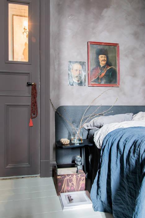 Wanden in Fresco kalkverf, deur in Traditional Paint lak op waterbasis, beide in de kleur Aubergine:  Slaapkamer door Pure & Original