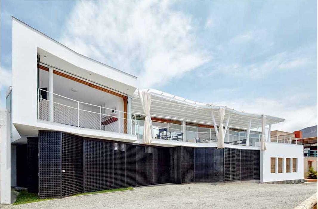 Fachada frontal. norte-sur / Font facade. north-south: Casas unifamiliares de estilo  por Lores STUDIO. arquitectos