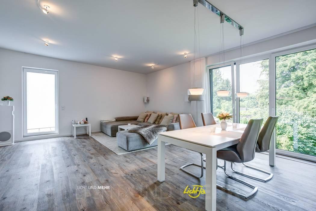 Blick in das offene Wohnzimmer : minimalistische Wohnzimmer von LichtJa - Licht und Mehr GmbH