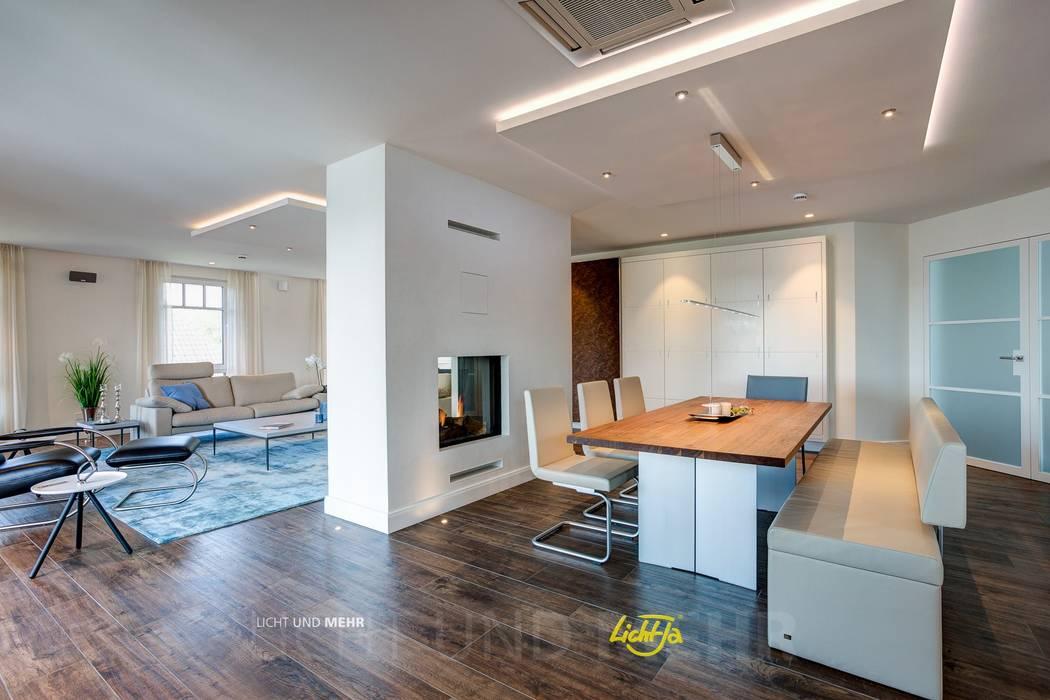 Blick in das Esszimmer mit Rückwand zweiseitig offener Kamin: moderne Esszimmer von LichtJa - Licht und Mehr GmbH