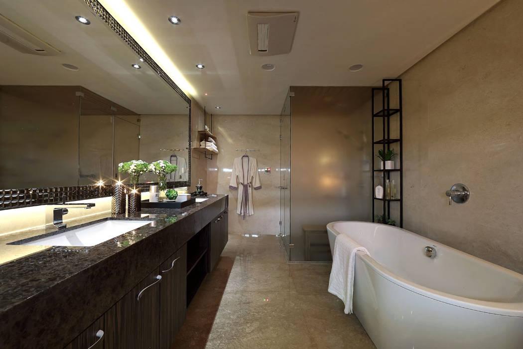 Banheiros modernos por 楊允幀空間設計 Moderno