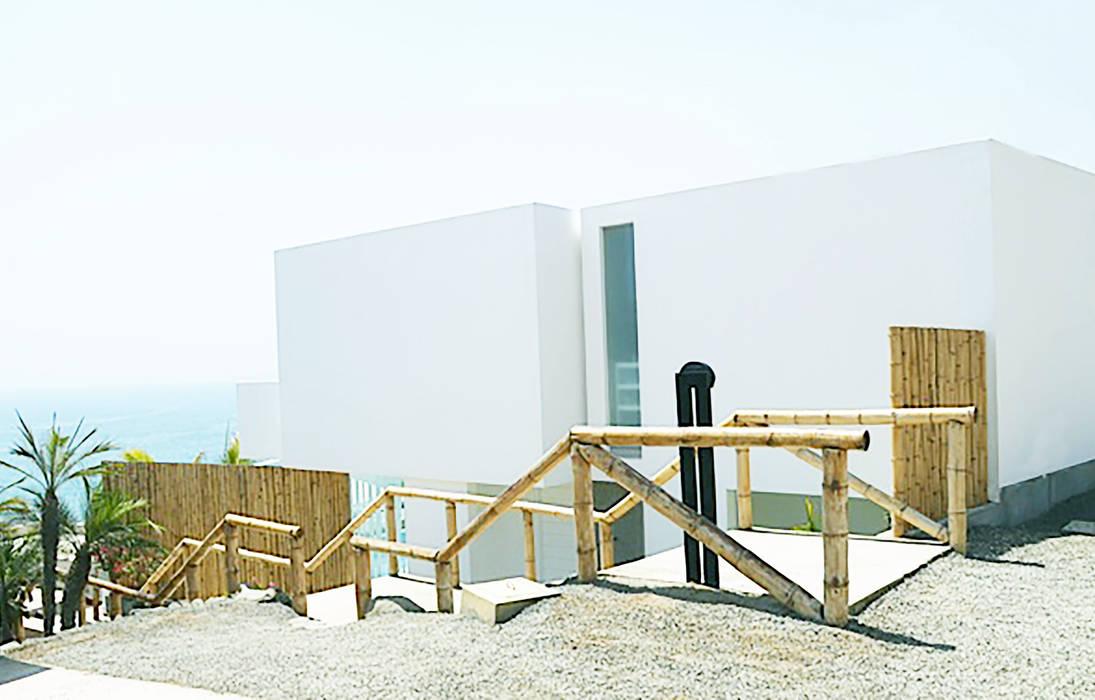 Vista del ingreso / Entrance view: Casas unifamiliares de estilo  por Lores STUDIO. arquitectos