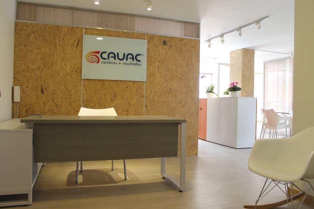 RECEPCIÓN: Oficinas y Tiendas de estilo  por IngeniARQ