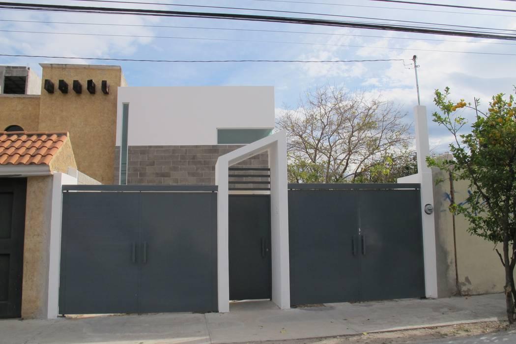 Pintu garasi oleh ÖQ Arquitectos, Minimalis Besi/Baja