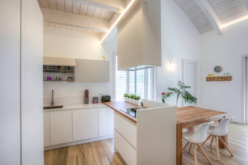 Casa in legno Villa Paloma: Cucina in stile  di Progettolegno srl