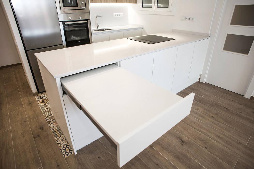 Barra de cocina Cocinas de estilo mediterráneo de Grupo Inventia Mediterráneo Compuestos de madera y plástico