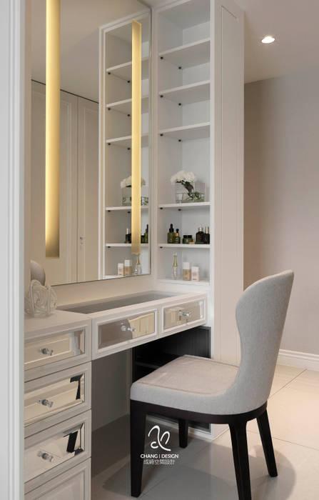 輕新新古典:  臥室 by 成綺空間設計,