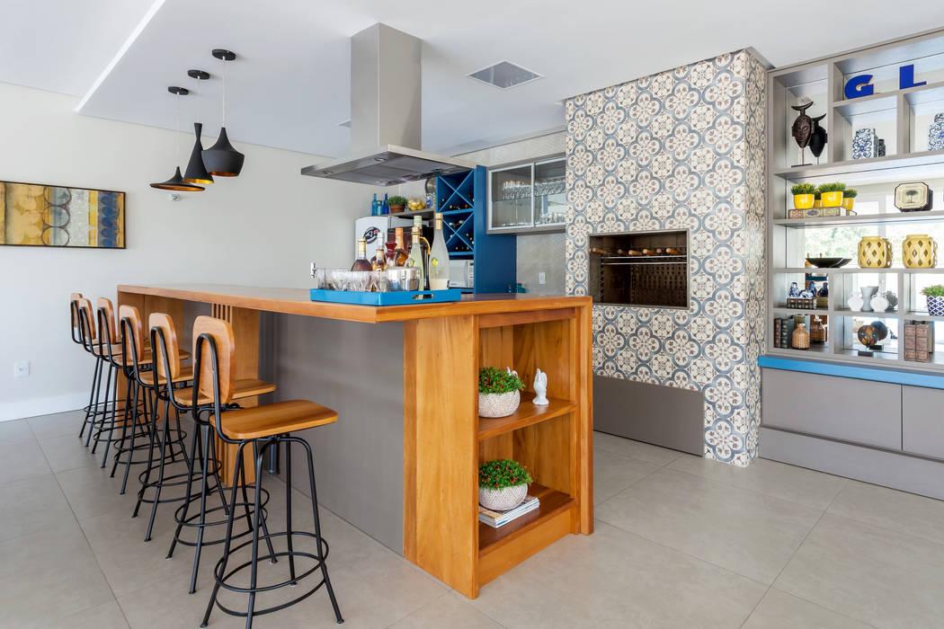 Área de Convívio Social: Armários e bancadas de cozinha  por Escritorio de Arquitetura Karina Garcia,